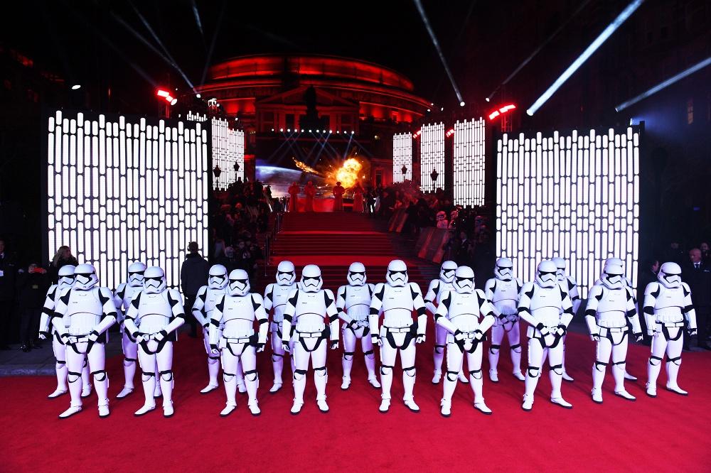 Принцы Уильям иГарри посетили премьеру новоиспеченной части «Звездных войн»