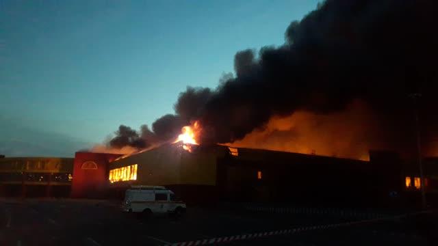 Пожар вТЦ «Синдика» локализуют к4 утра понедельника— МЧС