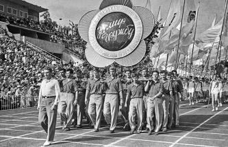 Марш-парад во время открытия спортивных соревнований на VI Всемирном фестивале молодежи и студентов в Москве, 30 июля 1957 года