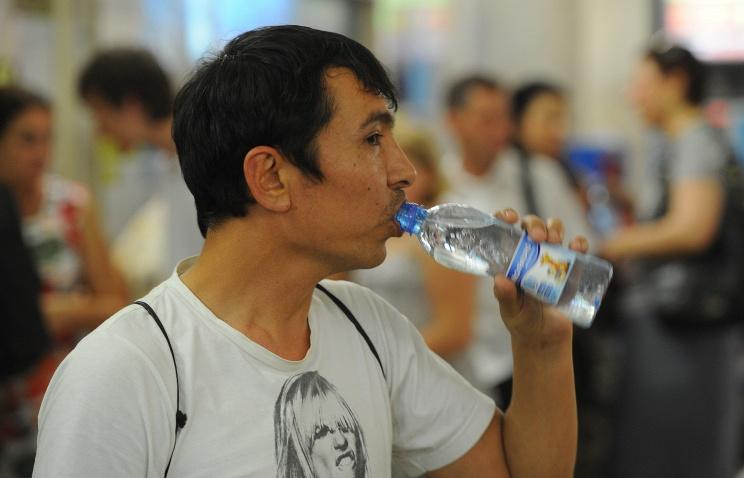 Пассажирам метро начали раздавать бесплатную воду