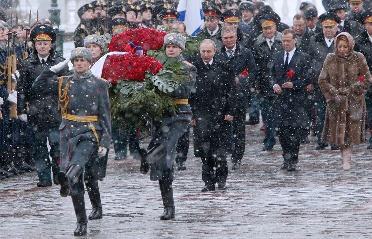 Русский президент возложил венок кМогиле неизвестного бойца