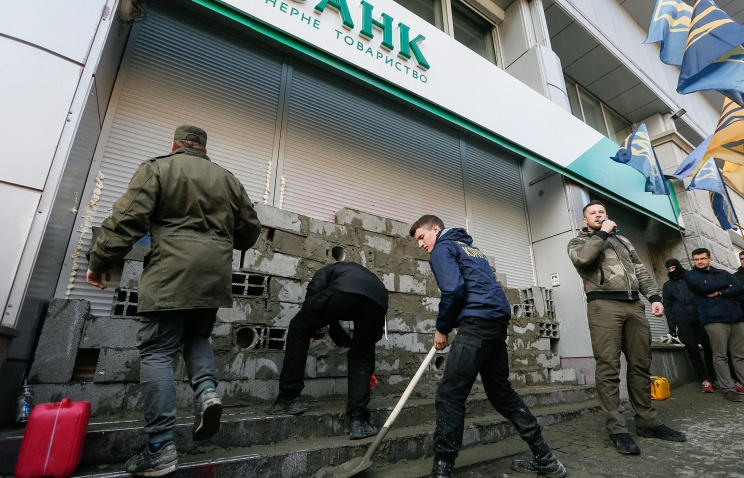 Сберегательный банк  попросил Порошенко разблокировать отделения вгосударстве Украина