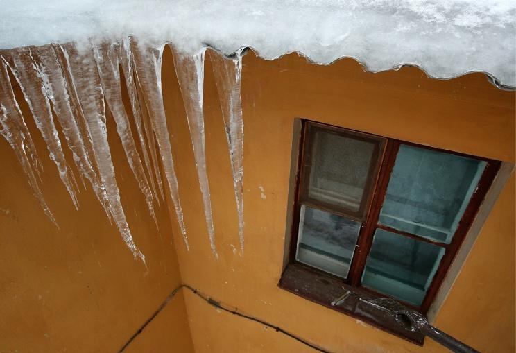 Глыба льда рухнула сбалкона исломала женщине руку иногу