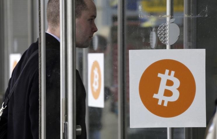 Стоимость биткоина упала практически  на30%