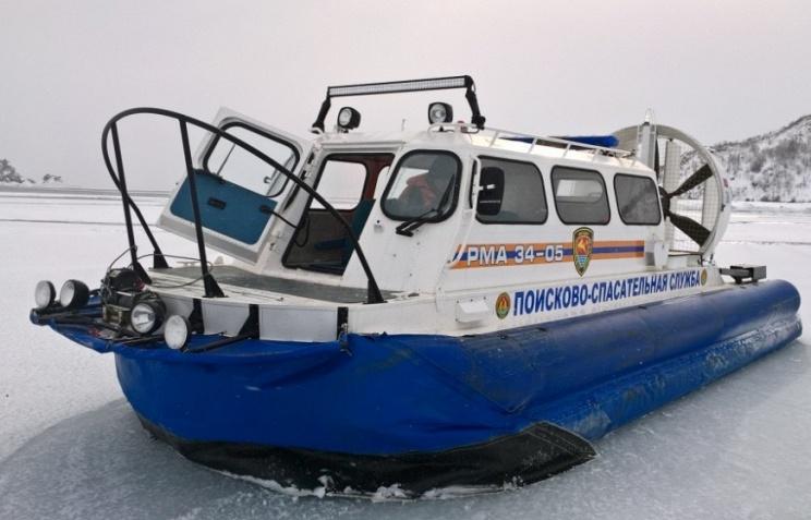 Cотрудники экстренных служб снимают рыбаков сдрейфующих льдин вмагаданской бухте