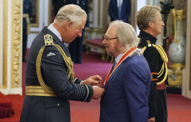 Принц Чарльз наградил рыцарским титулом участника Bee Gees